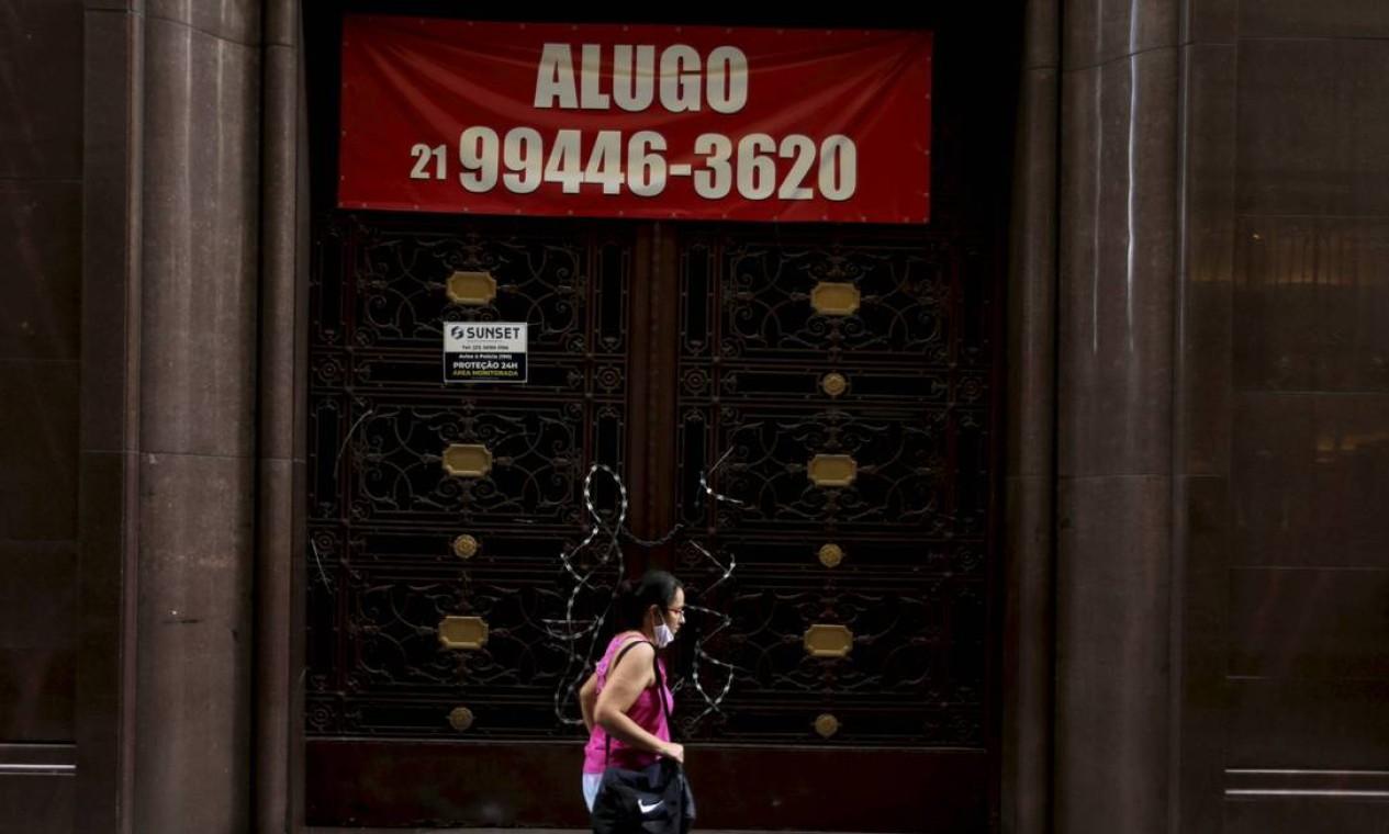 Mulher passa por edifício para alugar na Rua do Ouvidor, no Centro do Rio Foto: Domingos Peixoto / Agência O Globo