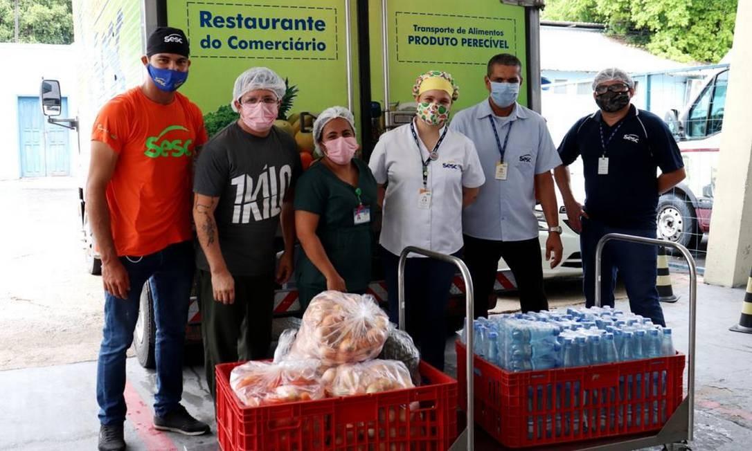 Distribuição de alimentos por meio do programa Mesa Brasil Sesc, para reforçar as refeições nos hospitais, a entrega de kits lanche para acompanhantes de pacientes nas unidades hospitalares. Foto: CVC / Divulgação