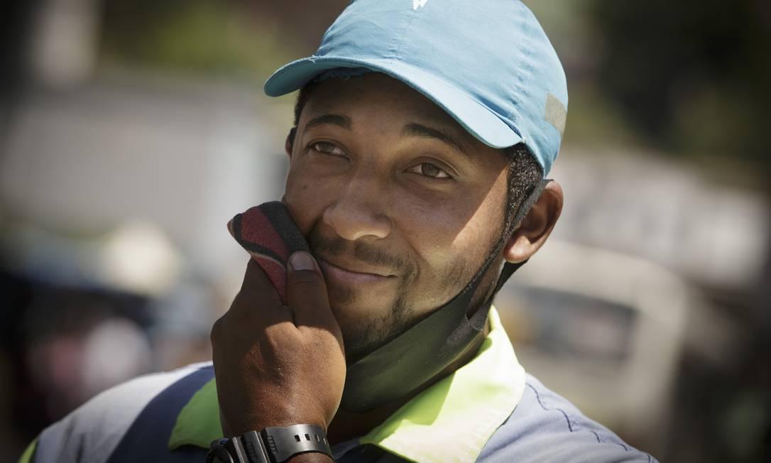 O operador de trânsito Rafael Alves, na Central do Brasil. Como precisa apitar no cruzamento, a máscara passa boa parte do tempo abaixo do queixo enquanto está trabalhando Foto: Márcia Foletto / Agência O Globo