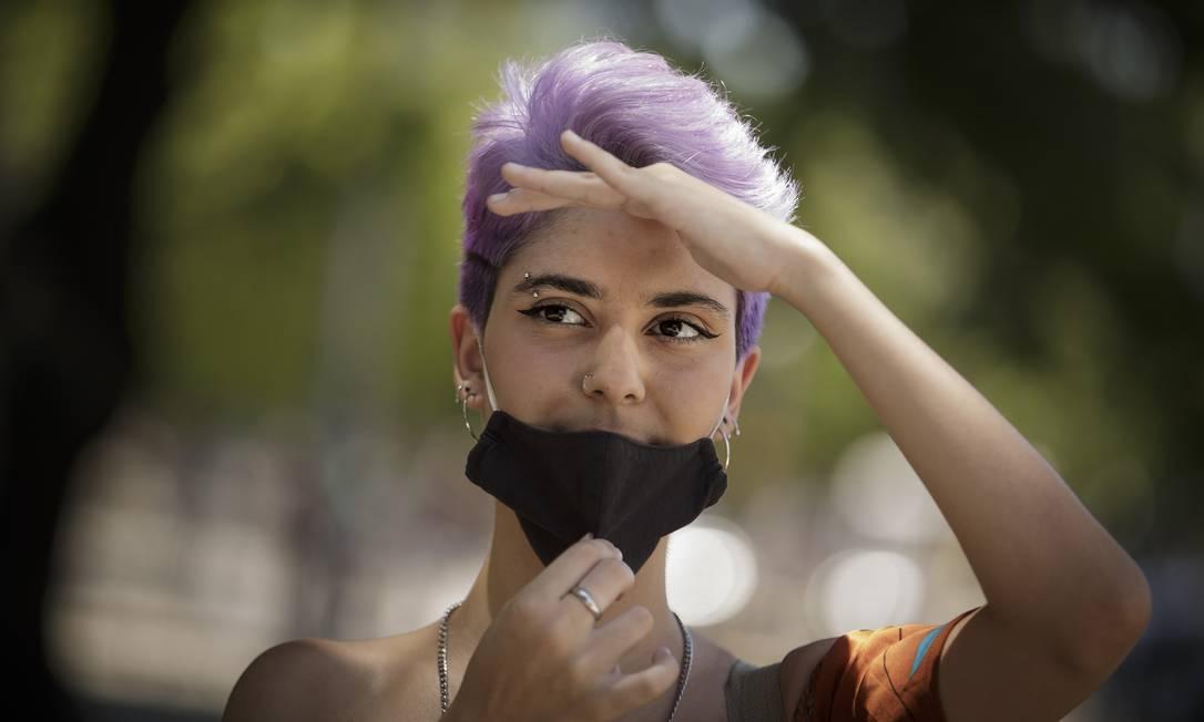 A escritora Juliana Reis, 18 anos, diz que a máscara preta é mais quente, o que faz aumentar a transpiração. Mas, quando não vê ninguém por perto, ela abaixa para respirar melhor Foto: Márcia Foletto / Agência O Globo