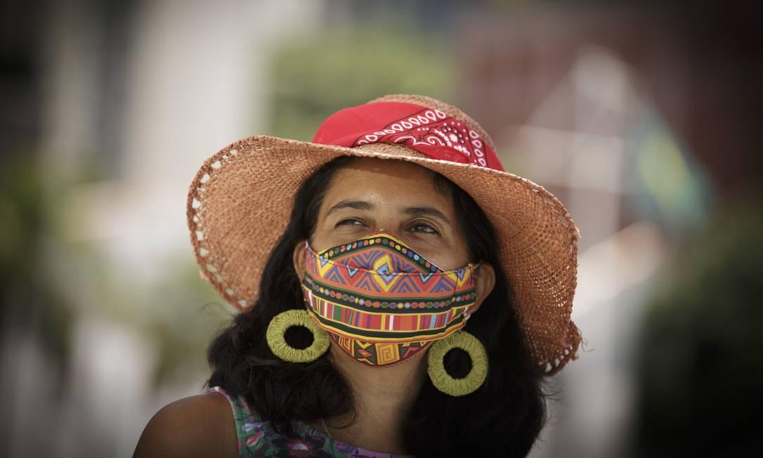 A guia de turismo Tatiana Carvalho, de 43 anos, já teve Covid-19. Já experimentou vários tipos de máscaras, mas não se adaptou a nenhuma. Evita usar óculos porque embaçam devido à transpiração Foto: Márcia Foletto / Agência O Globo