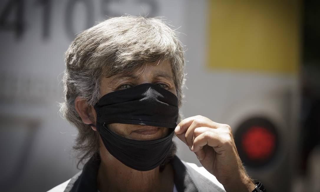 A despachante Sônia Cristina, de 58 anos, conta que ganhou da cunhada uma máscara com zíper na altura da boca, o que, para ela, facilita na hora de beber água e fumar Foto: Márcia Foletto / Agência O Globo