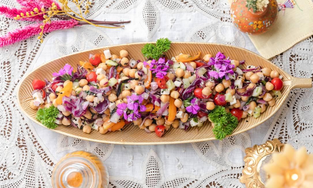 Salada de grão de bico com pepino, tomatinhos, cebola roxa, gergelim e cubinhos de queijo feta Foto: Catarina Ribeiro