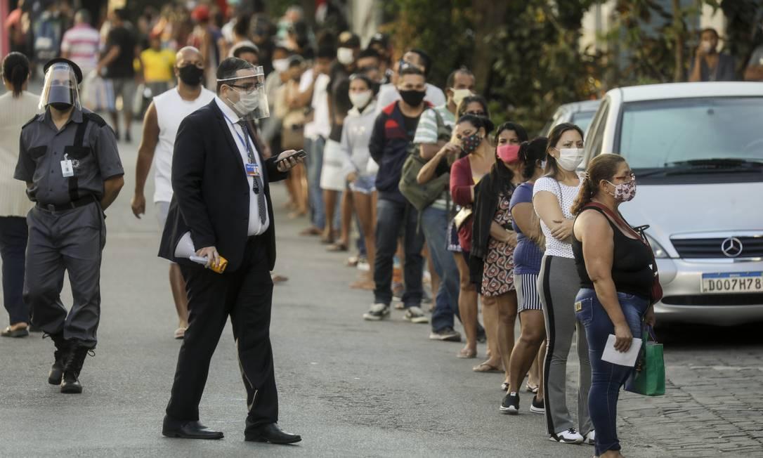 Pandemia de Coronavírus: na Caixa Econômica da rua Cardoso de Morais, em Bonsucesso, pessoas fazem fila para receber o Bolsa Família Foto: Gabriel de Paiva / Agência O Globo