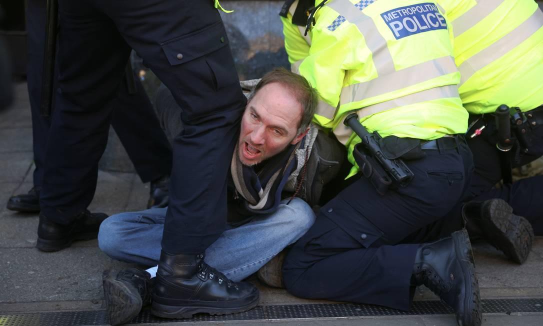 Policiais prendem um manifestante durante um protesto contra o bloqueio, em Clapham Common, em Londres, Inglaterra Foto: SIMON DAWSON / REUTERS - 09/01/2021
