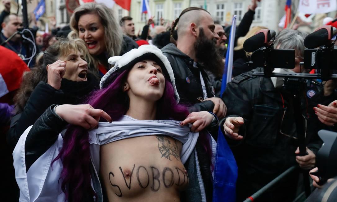 """Mulher mostra os seios com a palavra """"Liberdade"""" escrita, durante protesto, na Praça da Cidade Velha em Praga, contra as restrições adotadas pelo governo tcheco no enfrentamento à pandemia Foto: DAVID W CERNY / REUTERS - 10/01/2021"""