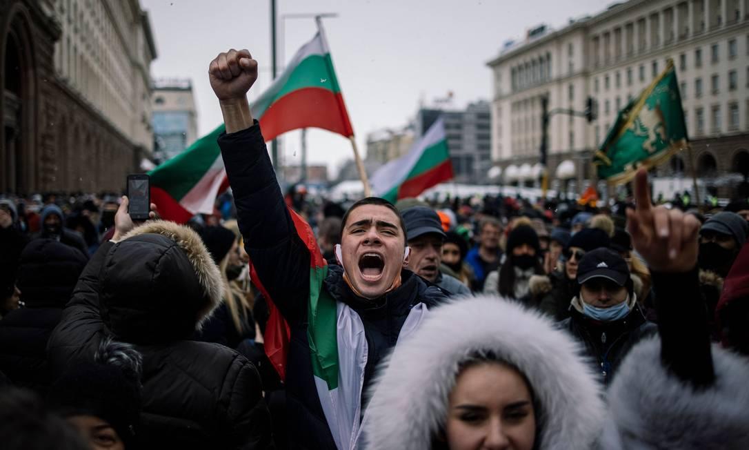Na Bulgária, varejistas e proprietários de cafés, bares e restaurantes e seus funcionários protestam contra as restrições devido à pandemia na capital Sofia Foto: DIMITAR DILKOFF / AFP - 27/01/2021