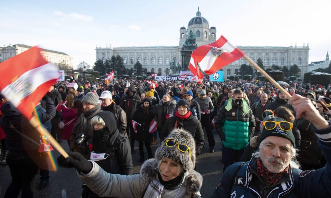 Protesto contra as novas restrições para combater o coronavírus na Maria Theresien Platz, em Viena, Áustria Foto: ALEX HALADA / AFP - 16/01/2021