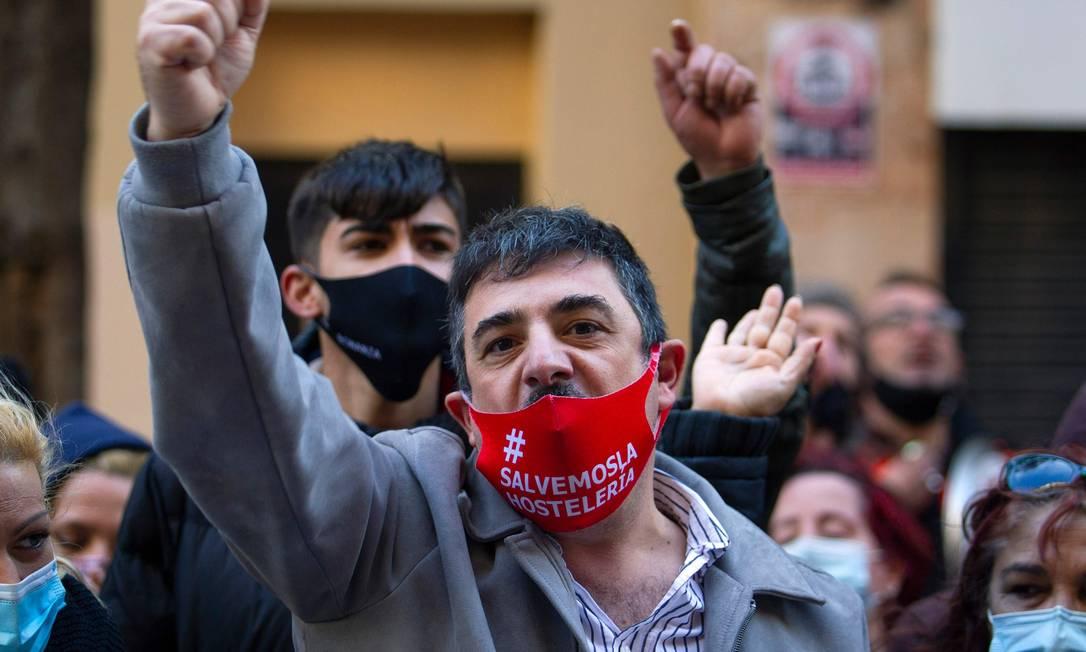 Manifestantes protestam contra as restrições impostas em restaurantes pelo governo regional para conter um aumento nos casos de coronavírus em Palma de Mallorca, Espanha Foto: JAIME REINA / AFP - 22/01/2021