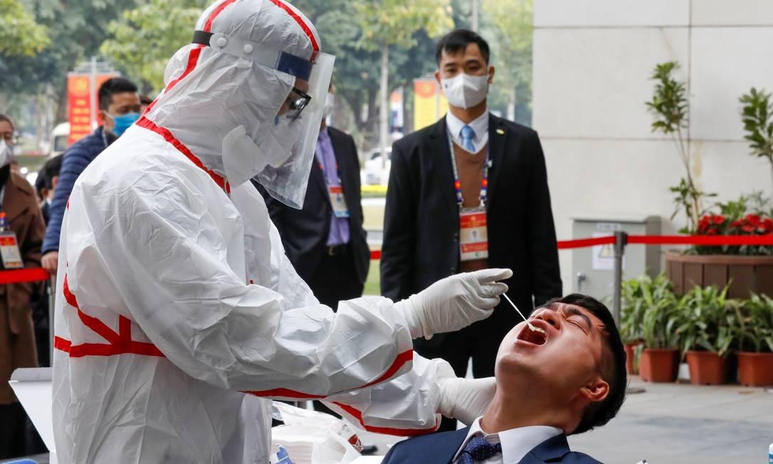 Medidas de restrição são retomadas no Vietnã para impedir onda causada por nova varianet do coronavírus. Foto: KHAM / REUTERS