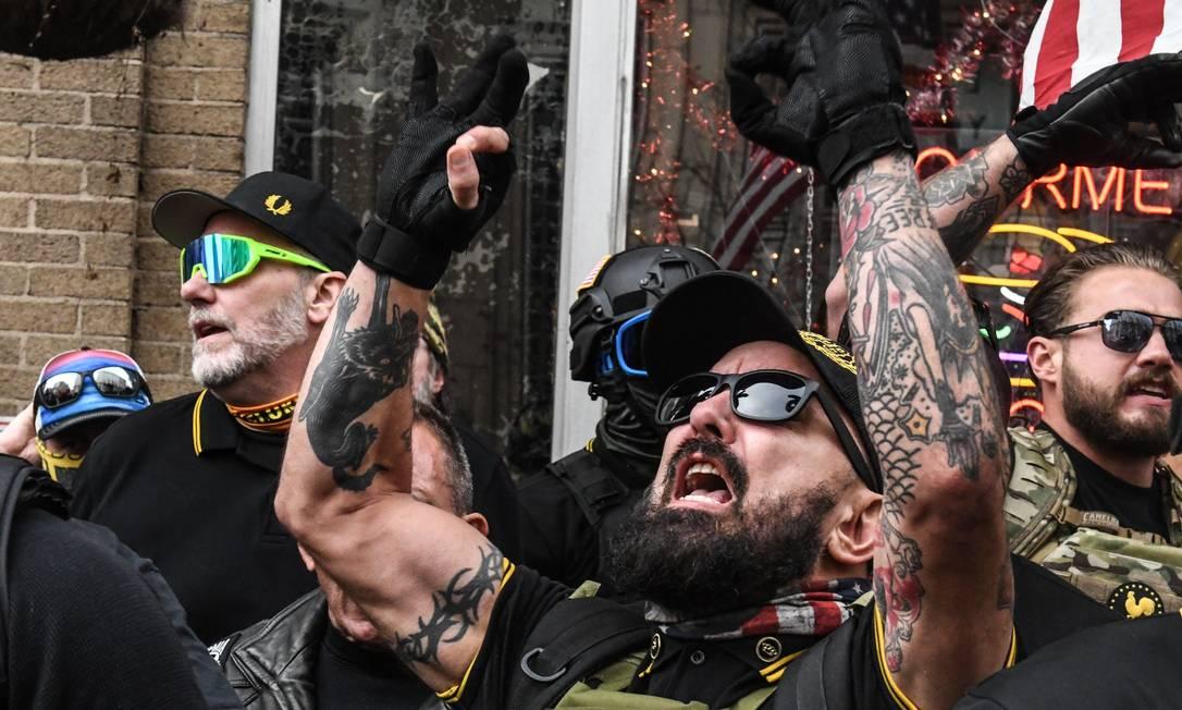 Integrantes do grupo extremista Proud Boys, no dia 12 de dezembro de 2020, durante protesto em Washington Foto: STEPHANIE KEITH / AFP
