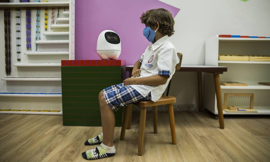 High-tech. Aluno da Escola Chinesa, Phillip Paulo Kesler, de 5 anos, interage com robô Foto: / Maria Isabel Oliveira
