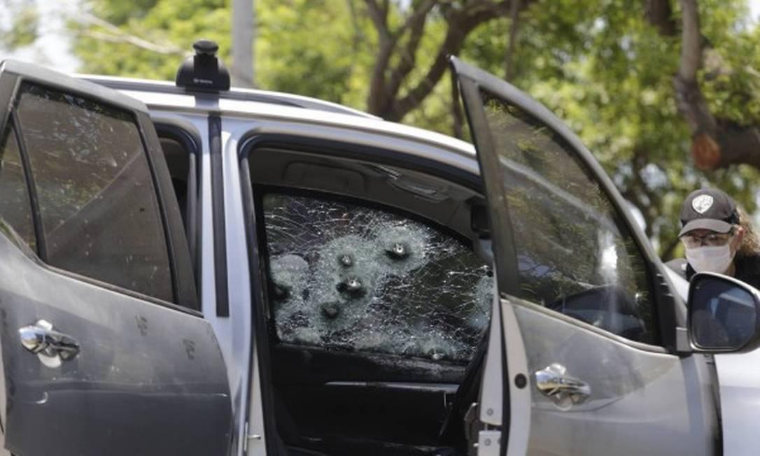 O carro em que estavam os feridos tem mais de 20 marcas de tiros Foto: Domingos Peixoto / Agência O Globo