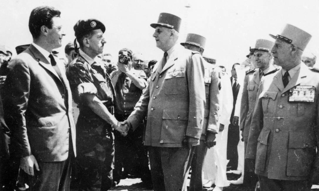 O general francês Charles De Gaulle (direita) aperta a mão do general Jacques Massu na sua chegada a Argel, na Argélia Foto: STF / AFP/06-06-1958