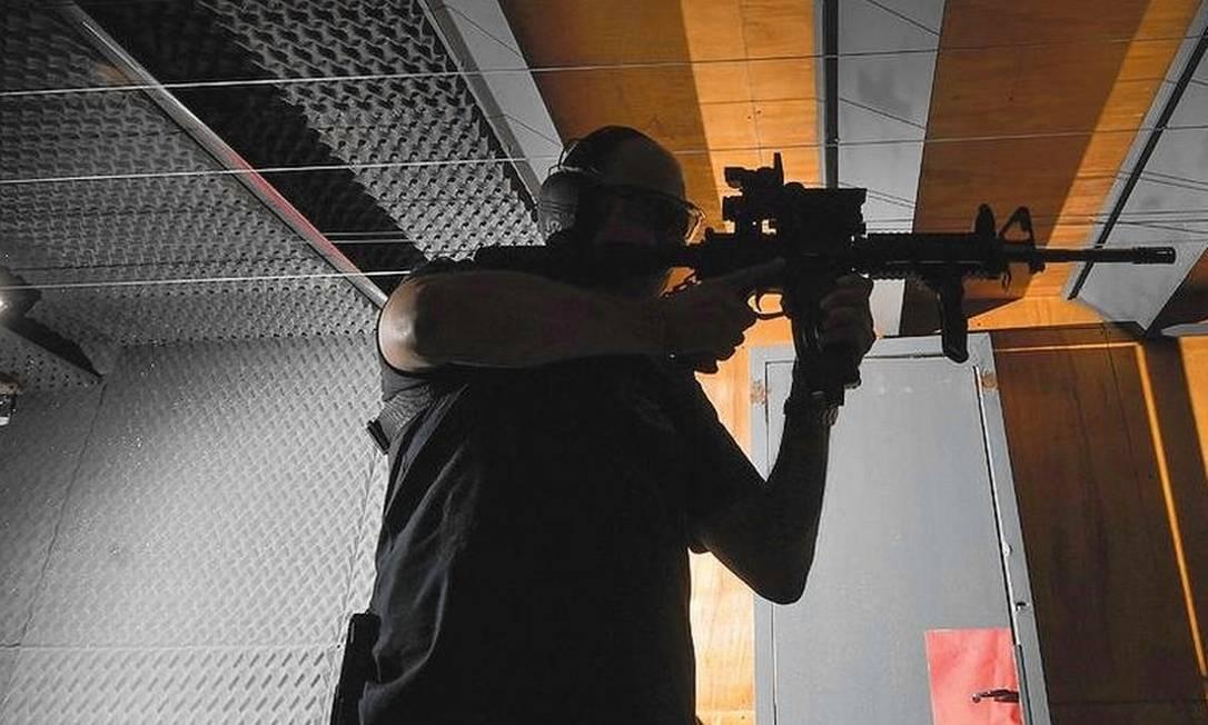 Belluco, advogado com seu fuzil Foto: Washington Alves/Light Press