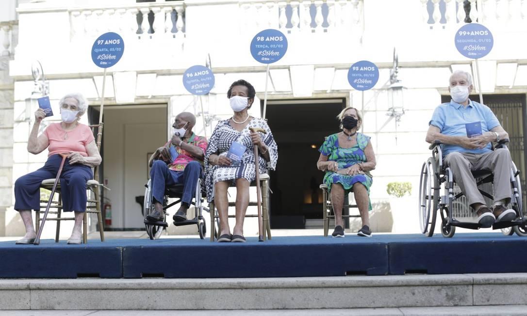 O compositor Nelson Sargento e o ator Orlando Drummond foram vacinados em cerimônia para início de nova fase de imunização no Rio Foto: Marcia Foletto / Agência O Globo