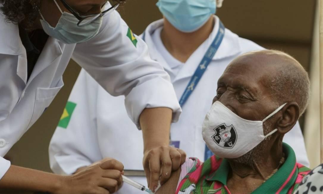 Nelson Sargento, compositor, de 96 anos, é vacinado no Rio Foto: Márcia Foletto / Agência O Globo