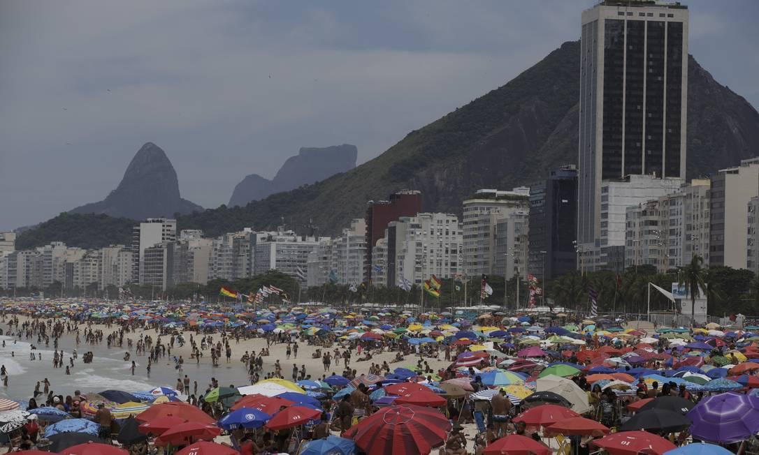 Mesmo com as recomendações de distanciamento social, as praias ficaram lotadas neste domingo Foto: Márcia Foletto / Agência O Globo