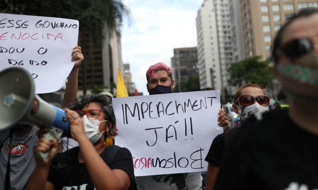 Um manifestante exibe um cartaz ''Impeachment já!!, Fora, Bolsonaro'' durante protesto contra o presidente, em São Paulo Foto: AMANDA PEROBELLI / REUTERS