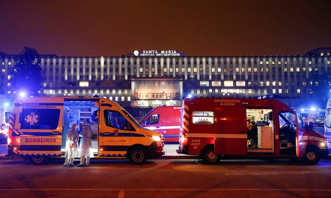 Ambulâncias aguardam em fila pela liberação de leitos em hospital de Lisboa Foto: PEDRO NUNES / REUTERS