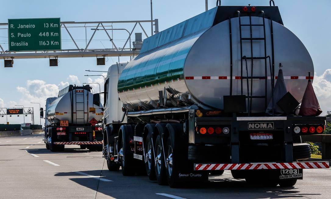 Caminhões de combustíveis trafegando na Ponte Rio-Niterói. Foto: Marcelo Régua / Agência O Globo
