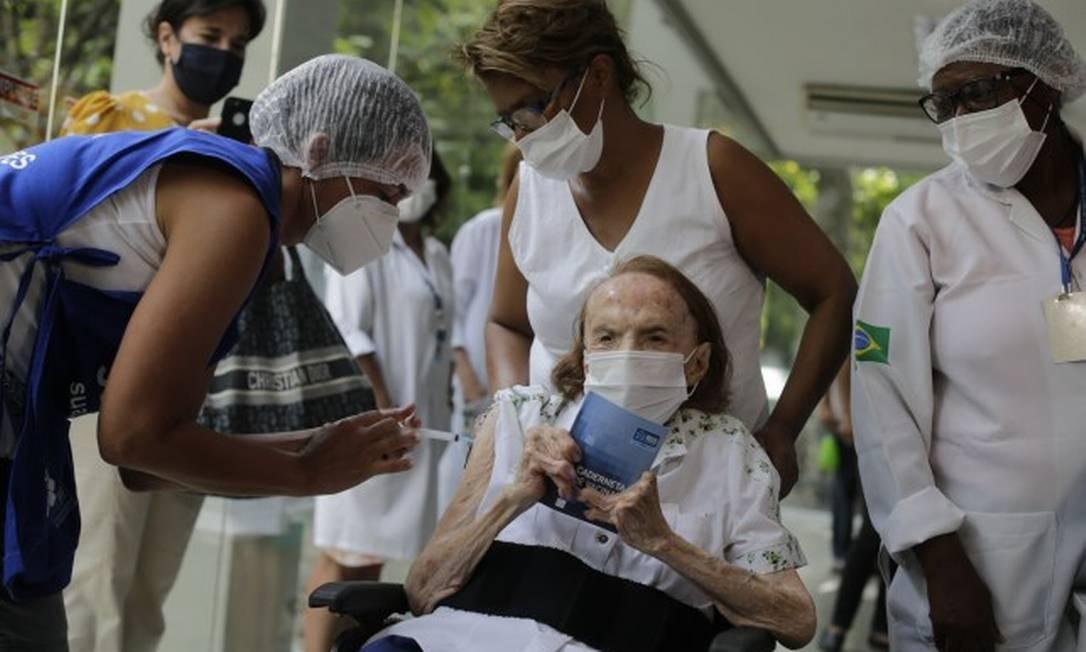 Zuleide Souza de Lima, de 101 anos, é vacinada contra Covid-19 na Gávea Foto: Marcia Foletto/Agência O Globo
