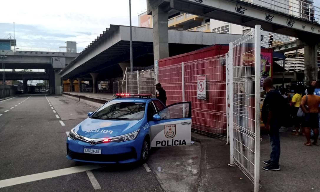 PM reforça a segurança na estação do BRT vazia em Madureira Foto: Gabriel de Paiva / Agência O Globo