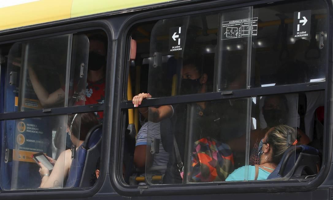Passageiros se aglomeram na linha 692 (Méier-Alvorada), em Madureira. Serviço do BRT inoperante causa superlotação nas linhas convencionais com alta adesão Foto: Fabiano Rocha / Agência O Globo
