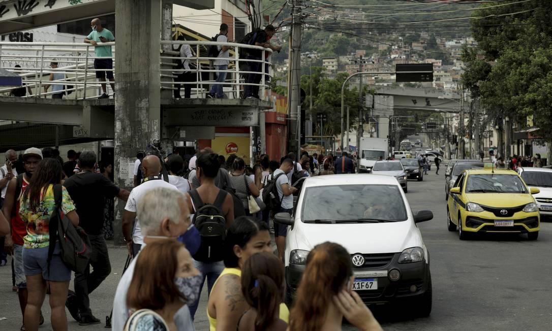Greve dos motoristas do BRT paraliza a estação de Madureira. A adesão foi de 100% . Passageiros usaram linhas convencionais Foto: Gabriel de Paiva / Agência O Globo
