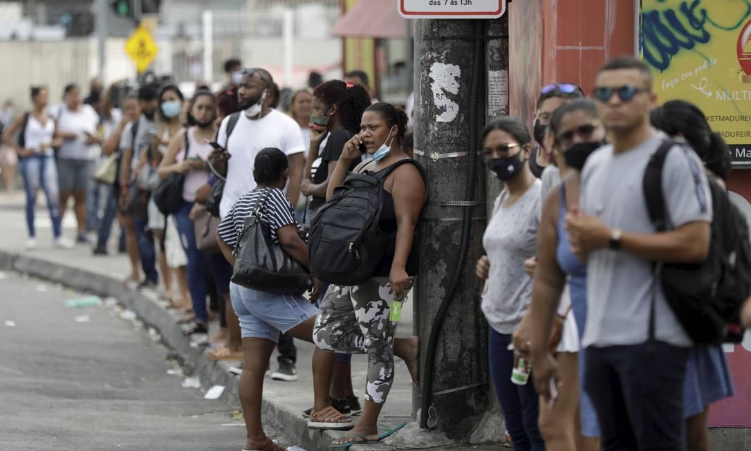 Falta de BRT faz passageiros enfrentarem longas filas e ônibus superlotados em Madureira Foto: Gabriel de Paiva / Agência O Globo