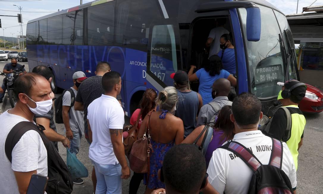 Trabalhadores recorrem ao frescão devido à paralisação do BRT. A passagem do ônibus executivo custa R$ 14,65, enquanto o BRT custa R$ 4,05 Foto: Fabiano Rocha / Agência O Globo