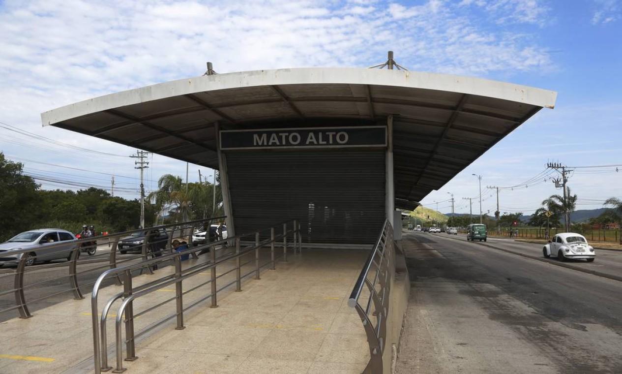 Uma das mais movimentadas do BRT TransOeste, a estação Mato Alto, ficou fechada e deserta pela manhã Foto: Fabiano Rocha / Agência O Globo
