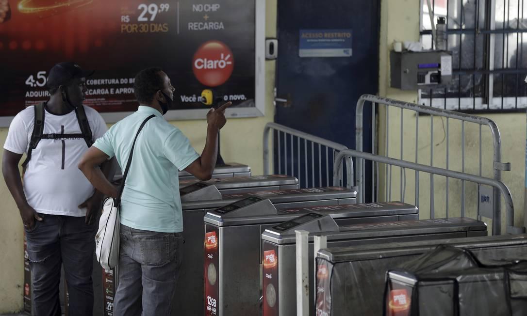 Passageiros encontram estação do BRT de Madureira fechada devido à paralisação de rodoviários do consórcio Foto: Gabriel de Paiva / Agência O Globo