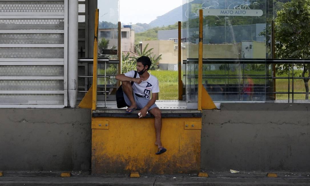 O auxiliar de serviços gerais Romário Goulart, de 32 anos, soube da paralisação ao chegar na estação Mato Alto às 6h30 Foto: FABIANO ROCHA / Agência O Globo