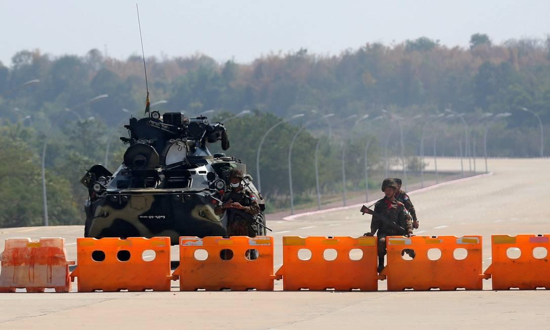 Posto de controle militar de Mianmar é visto no caminho para o complexo do congresso em Naypyitaw Foto: STRINGER / REUTERS/01-02-2021