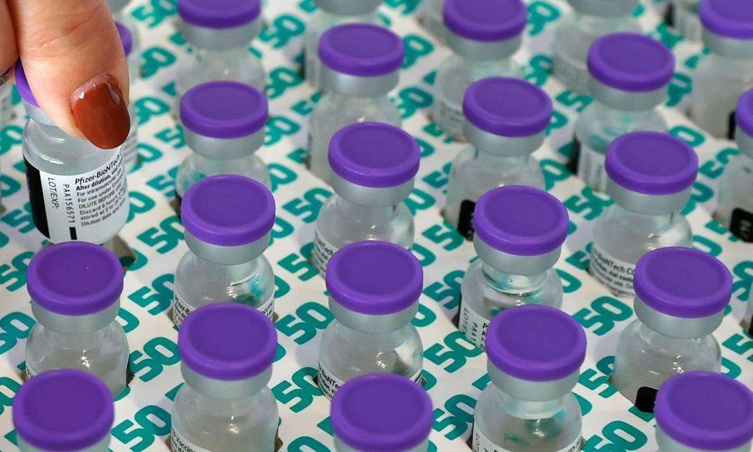 Agente de saúde prepara dose da vacina Pfizer-BioNtech no Clalit Health Services, em um ginásio da cidade israelense de Petah Tikva. Foto: JACK GUEZ / AFP