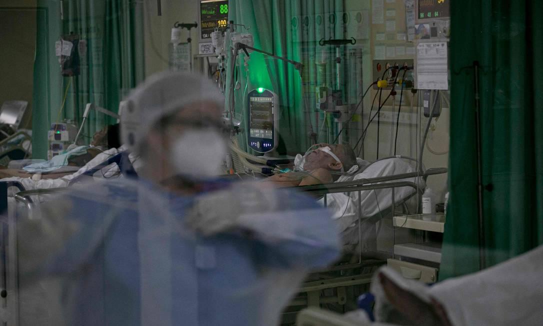 Profissional de saúde cuida de pacientes com Covid-19 em Santarém, no Pará Foto: TARSO SARRAF / AFP