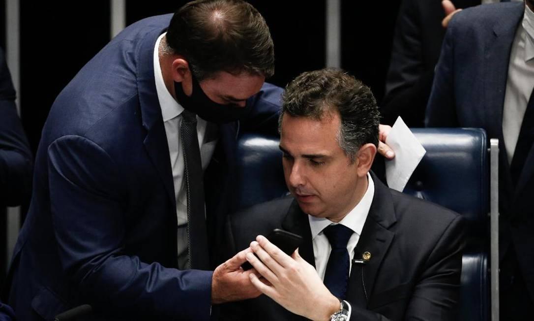 Senador Flávio Bolsonaro (Republicanos) entrega o celular para que Rodrigo Pacheco converse com o presidente, após ser eleito presidente do Senado com apoio do governo e do PT Foto: Agência O Globo - 01/02/2021