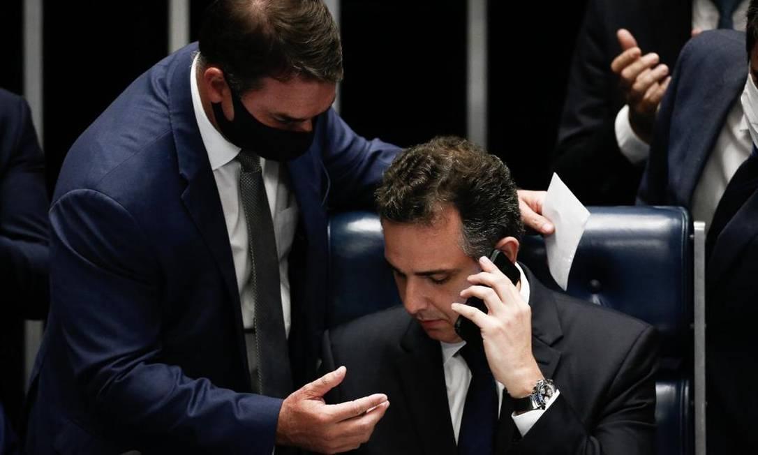 Rodrigo Pacheco, presidente do Senado, recebe os parabéns de Jair Bolsonaro Foto: Agência O Globo