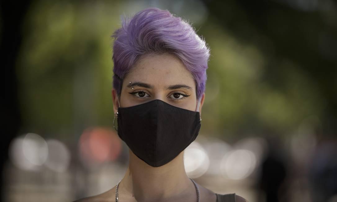 A escritora Juliana Reis, 18 anos, usa máscara no Rio de Janeiro Foto: Márcia Foletto / Agência O Globo