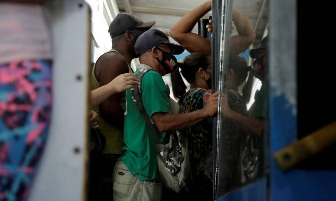Passageiros em ônibus do BRT nesta terça-feira Foto: Gabriel de Paiva/Agência O Globo