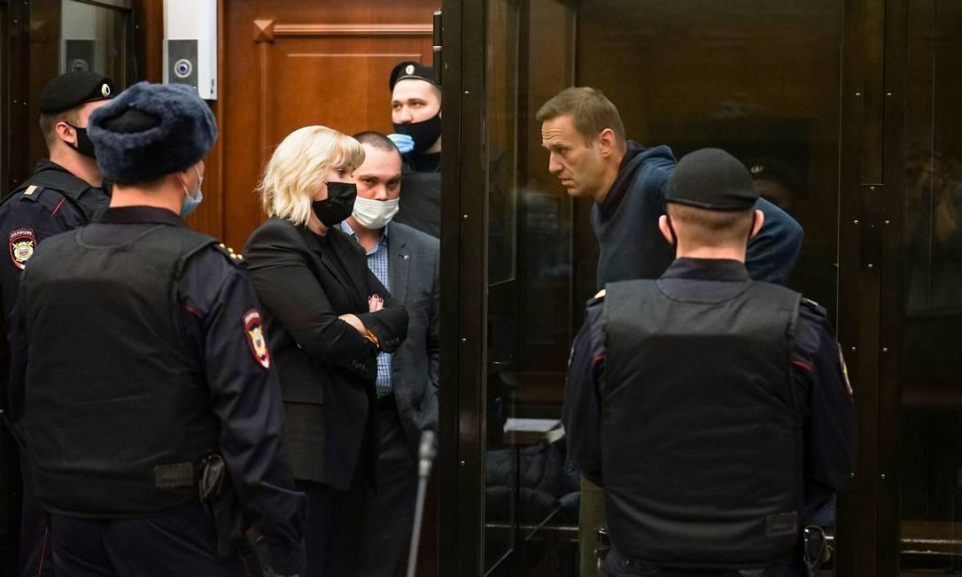 O líder da oposição russa, Alexei Navalny, ouve seus advogados durante uma audiência em Moscou Foto: HANDOUT / AFP - 02/02/2021