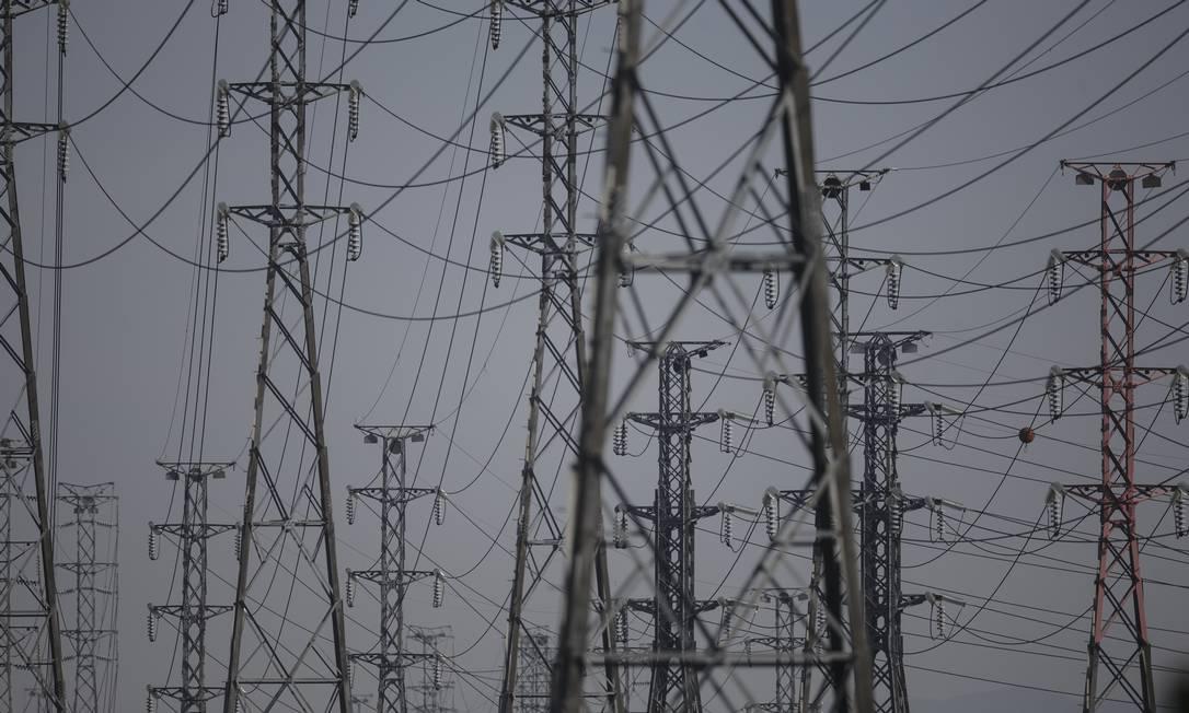 Linhas de transmissão de energia elétrica, em São Paulo. Aneel alerta para alta nas contas Foto: Alexandre Cassiano / Agência O Globo