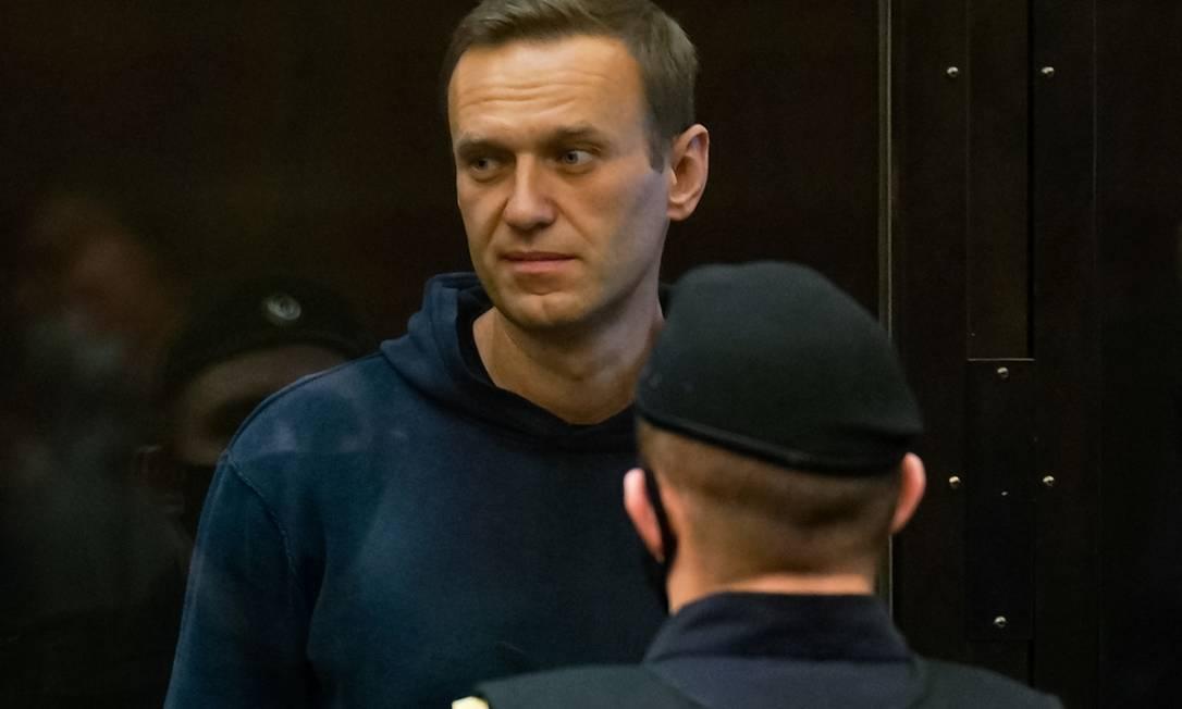 Alexey Navalny, opositor russo, durante julgamento que decidiu sobre sua prisão por 2 anos e 8 meses em regime fechado Foto: HANDOUT / AFP