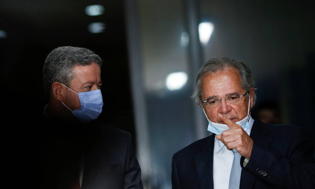 O ministro da Economia, Paulo Guedes, à direita, é observado pelo atual presidente da Câmara, Arthur Lira Foto: Adriano Machado/11-8-2020 / Reuters