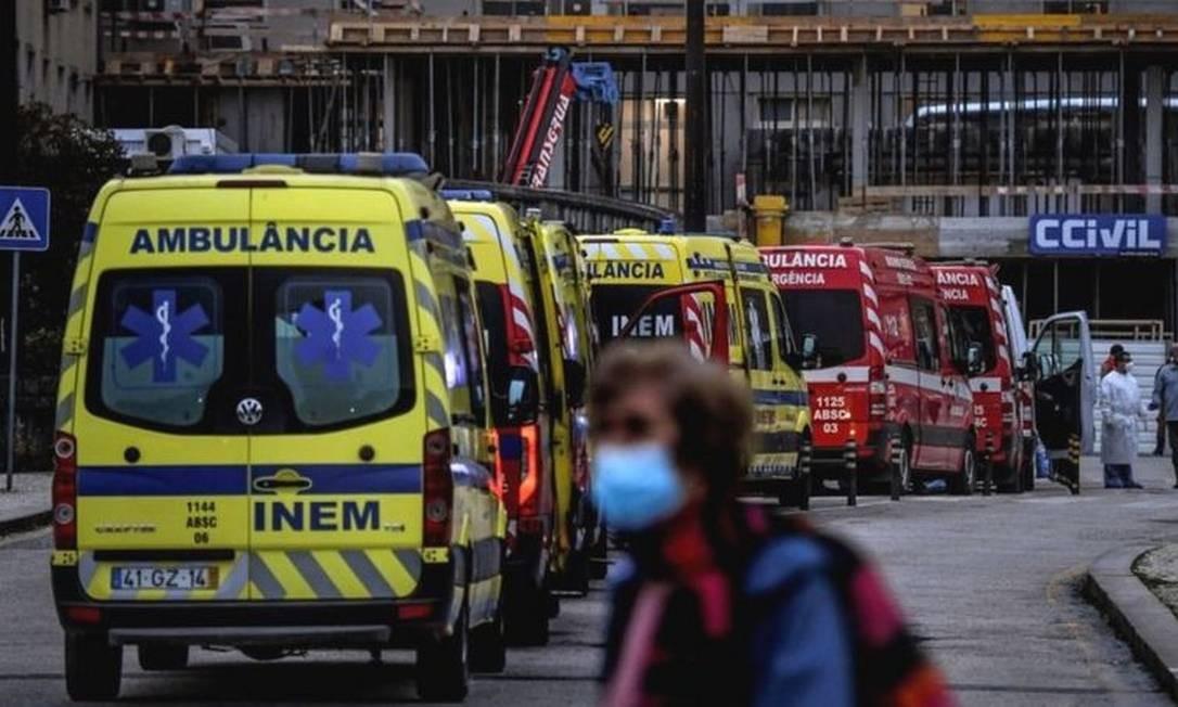 Fila de ambulâncias em um hospital de Lisboa ilustra as dificuldades vividas em Portugal Foto: AFP