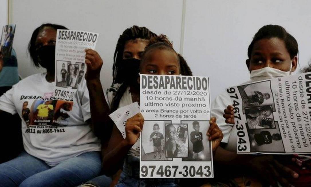 Parentes dos meninos Lucas Matheus, Alexandre e Fernando Henrique Foto: Fabiano Rocha / Agência O Globo