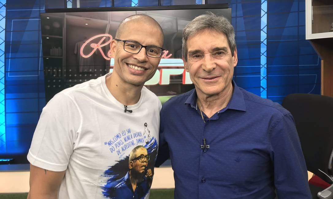 Um dos meias mais talentosos dos anos 2000, o multi-vitorioso Alex (esquerda) teve grandes passagens por outros clubes brasileiros, com destaque para o Cruzeiro. Virou lenda no Fenerbache, da Turquia, e aposentou-se no Coritiba, em 2014. Foi comentarista de TV e anunciou, em 2020, que iniciaria a carreira de técnico. Foto: Twitter/Alex de Souza