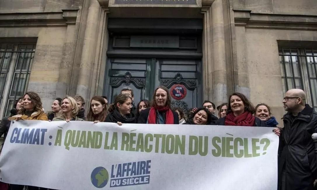 Ativistas fizeram manifestação na frente do Tribunal Administrativo de Paris quando a ação das ONGs foi apresentada, em 14 de março de 2019 Foto: AFP - Christophe Archambault