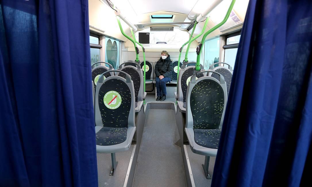 Na França, uma mulher espera antes de receber uma dose da vacina contra o coronavírus a bordo do VACCI'BUS, um ônibus que circula por vilas ao redor da cidade de Reims para imunizar pessoas com problemas de mobilidade Foto: FRANCOIS NASCIMBENI / AFP - 20/01/2021